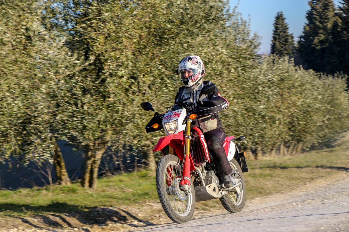 La moto da viaggio all'opera durante una competizione